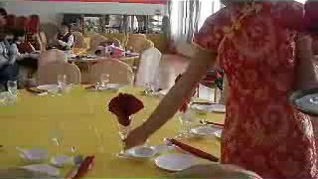 学生餐饮实训视频_标清_9-摆酒杯和餐巾花