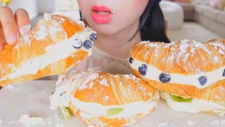 【咀嚼音吃播】水果奶油牛角包 满满的奶油爆出来啦 好甜!