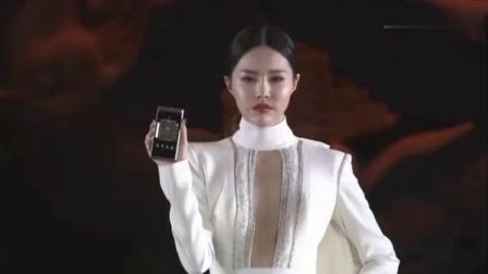 发布会现场美女走秀展示三星W2019商务手机