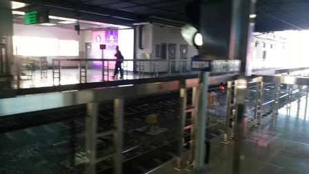 上海地铁5号线新车紫罗兰 莘庄出站
