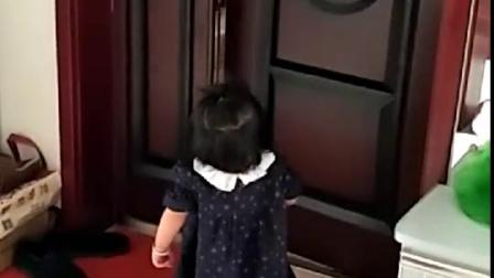 看到哥哥和爸爸都走了,1岁妹妹哭的好心酸