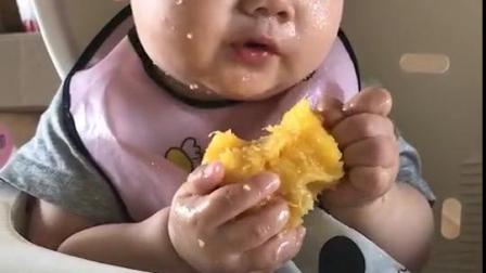 叮当最爱吃桃子,往嘴里猛塞……