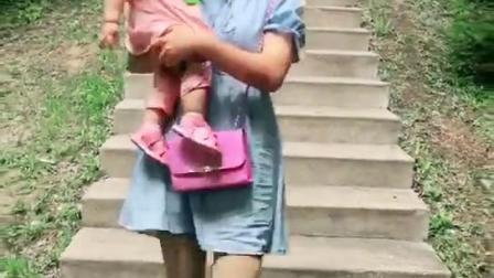 老婆让我看着点后面别再跌倒了
