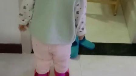 你家孩子有这种特别的爱好吗?穿大人拖鞋