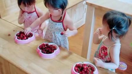 三胞胎姐妹吃樱桃