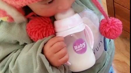 睡醒了就抱妹妹的奶瓶喝奶了