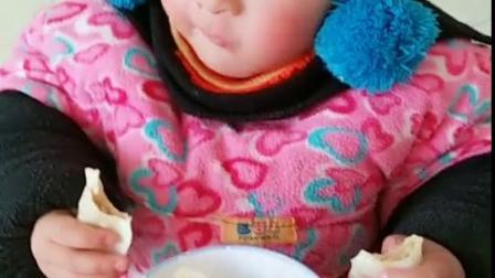 睡醒了就饿了!要吃蒸饺子,吃的认真啊