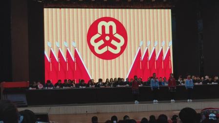 新宁县第十四次妇女代表大会上,于果、杨隽、熙、刘雨荷代表少先队员献礼