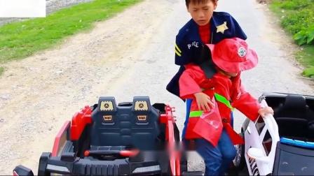 安迪假装玩消防车电动轮子骑在汽车警察玩具上