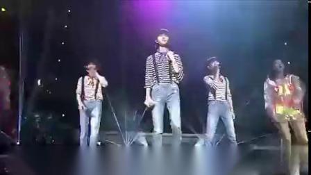 tfboys同穿背带裤跳舞,易烊千玺应该是最帅的!