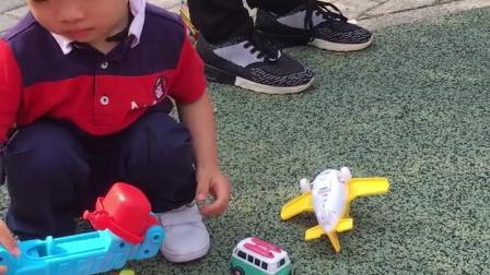 自己的玩具不要非要去抢别人的玩具玩,是不