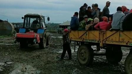 这是中国人的农场,工人上班的时间到了。