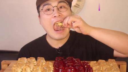 韩国小哥吃播果冻,一口一个,看着就很好吃的样子