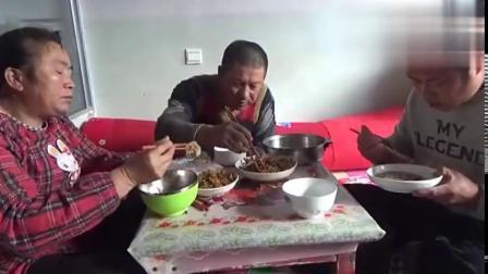 农村大黑侄儿来吃饭,黑妈做了三个什么菜?有荤有素吃得美滋滋搞笑视频
