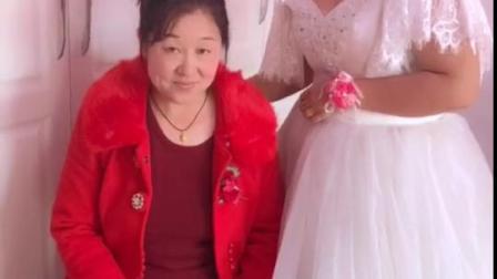 给婆婆舒心带花,看婆婆眼睛一直盯着新娘