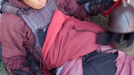 40度拍戏穿盔甲太热了,裤子都造这样了。