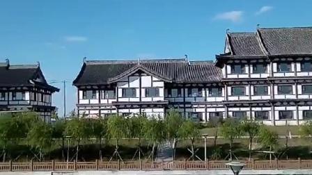白云朵朵天蔚蓝,徽白建筑似江南,秋风淡淡