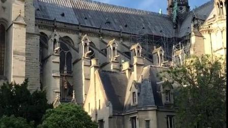 法国·巴黎圣母院的侧面,紧挨着塞纳河,也
