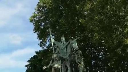 法国·巴黎圣母院门口广场上的一个雕塑