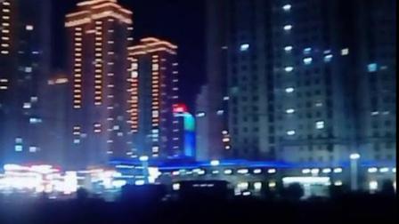 城里的夜晚好美丽,城里的灯火惹人醉,站在