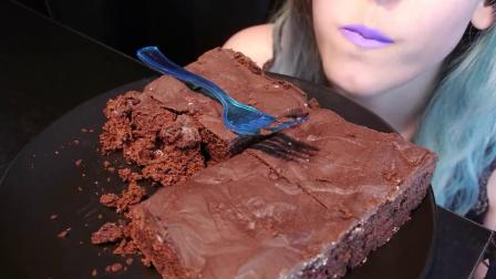【咀嚼音吃播】七砖头啦 又甜又酸的樱桃巧克力砖头蛋糕