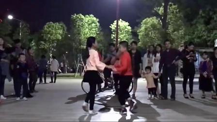 两个9岁小孩广场上跳起双人舞惊艳广场舞大妈引围观
