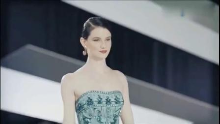 国际名模T台秀,性感鱼尾裙凸显性感身材,彰显成熟妩媚气质