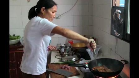 农村人家自制特色火锅,麻辣鲜香的枞树菌火锅,食美味美!