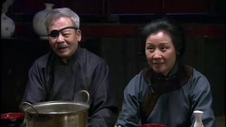 中国老太第一次吃日本火锅,张口就问:这咋跟咱们的东来顺不是一个味
