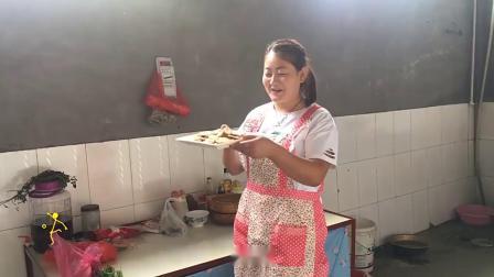 农村姑娘用红糖和面粉做小吃,你知道是什么零食么?真的太好吃了