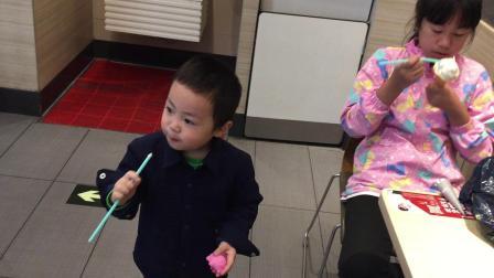 肯德基姐弟吃冰淇淋