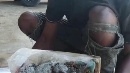 谁说非洲人不吃螃蟹的?给他好高兴的呢!