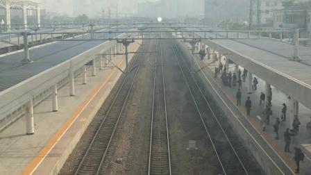 K2186次快速旅客列车(上海 — 西宁)进入常州站普速场1站台(常州火车站非付费天桥上拍摄)