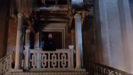突然出现的飞兽女子却遭教堂的牧师封在地下!