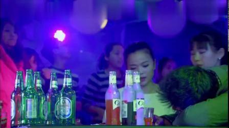 有妇之夫在酒吧喝醉酒,没想到被美女带回了家