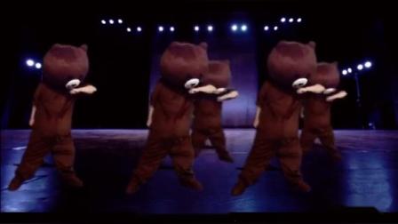 布朗熊卡通人偶服装统一表演
