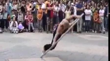 我在街头杂技表演_大铁环截了一段小视频