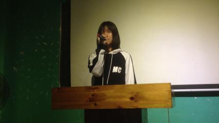 MC English Selina 演讲比赛主持词之介绍评委老师