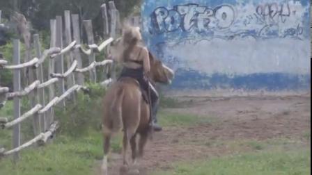 美女学骑马