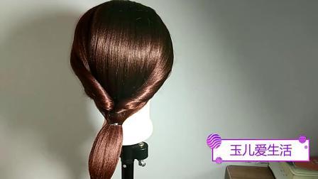 这款发型适合爱留长发的中年女人扎,显得端庄大气时尚