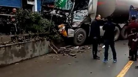 油罐车与货车相撞后 撞向路边花台