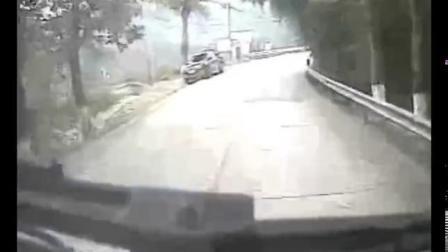 三轮被拖挂300多米司机甩出受伤 肇事者逃逸