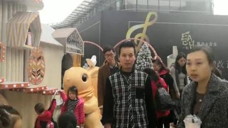 """重庆街头现""""圣诞城堡"""" 宛如童话般梦幻"""