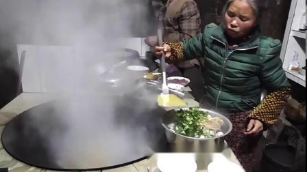农村年夜饭是中华习俗,大鱼大肉上餐桌,吃着美食看着外面的烟火搞笑视频