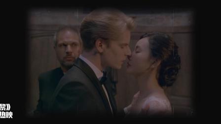 暮光·巴黎:婚礼现场新郎 对着新娘直接下口?