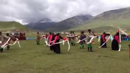 青海省玉树州囊谦县白扎乡。吉沙村。热情的藏族舞蹈。