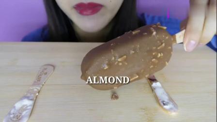 国外女吃货,吃梦龙巧克力脆皮冰淇淋,发出咀嚼音,这皮真脆啊