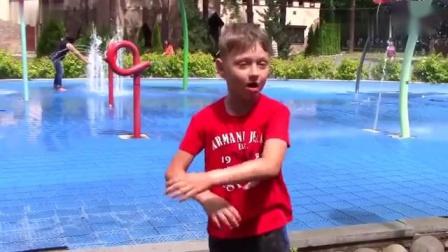 小朋友在水世界玩大象喷水机真好玩