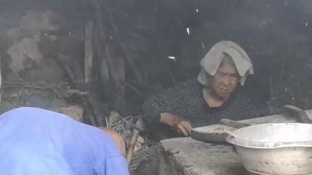 河南太行山区,老两口在做早饭,这美食吃过吗搞笑视频