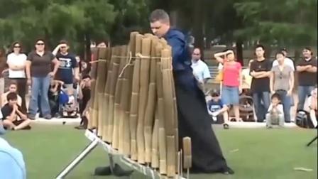 国外牛人在街头,秒杀20捆木席子,真的猛。